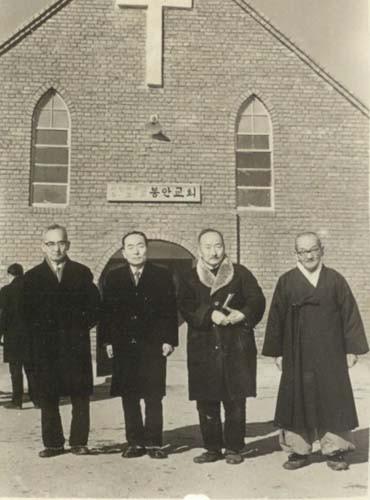 봉안 이상촌에 세워진 봉안교회 앞에서 일가 선생과 형제들(1970년대)