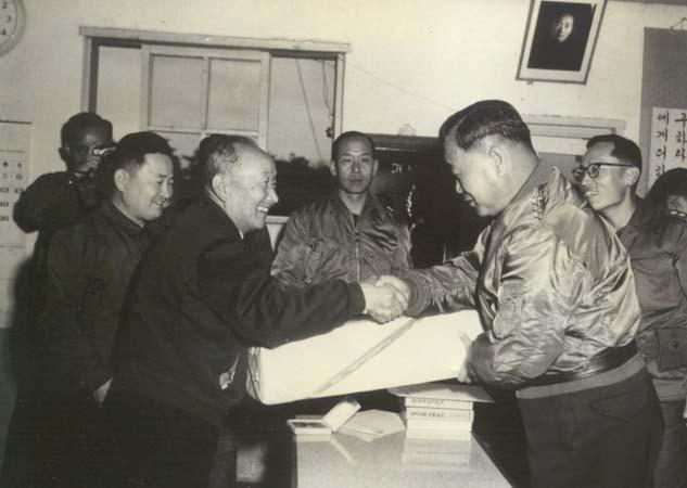 2군사령관 이세호 장군이 농군학교에 기념품을 전달하고 있는 모습(1979년)