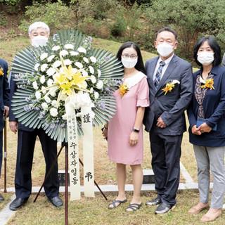 9면_6묘소참배후기념사진.jpg