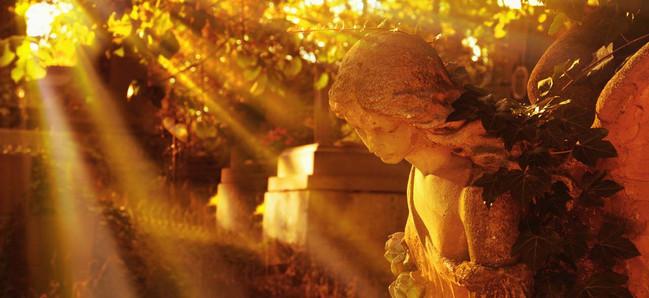 Engel-Statue am Friedhof, wie man die Angst vor dem Tod überwinden kann.