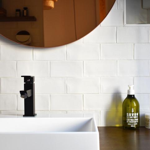 APRES zoom sur le plan vasque de la salle de bain. (crédit photo: Madame Décore)