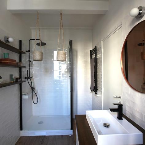 APRES une salle d'eau confortable et lumineuse. (crédit photo: Madame Décore)