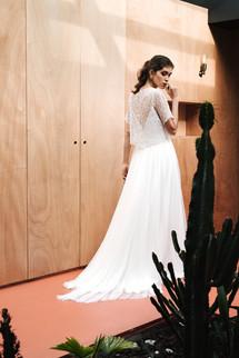 Ici, la robe LAURA est portée avec la sur-jupe en tulle fantaisie JULIE et le top en dentelle fleurie LILI. La mariée pourra s'amuser à sa guise à les intervertir au fil de la journée...