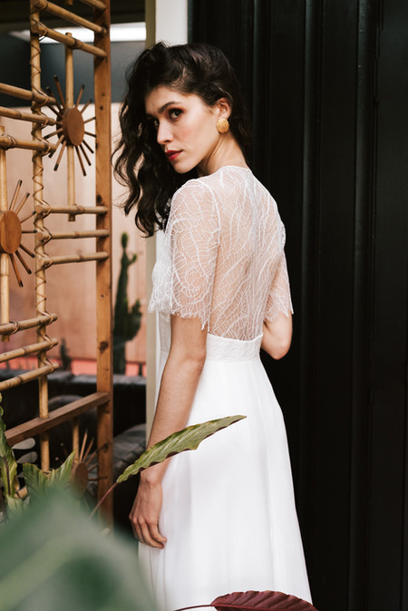 Albane can't be any softer. The squared neckline is deep, the back fully covered with a fine Calais lace and the waist outlined with a large lace belt. A highly feminine look emphasized by the chiffon crêpe flowing skirt.