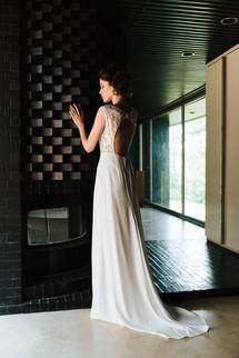 Très féminine (-iste) JULIETTE est puissante. Sa dentelle fleurie est délicate, un brin japonisante. Le haut contraste avec sa jupe droite en crêpe et les lignes graphiques de son emmanchure raglan. Une robe pour une silhouette longiligne et affirmée !