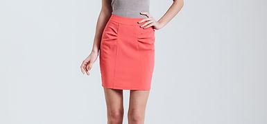 Fashion model med rød nederdel