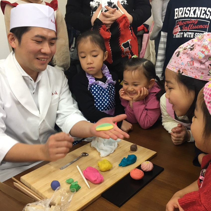 Mr. Toda showing off his skills, making a chrysanthemum, a rose, a bird, and Anpanman, right before our eyes!