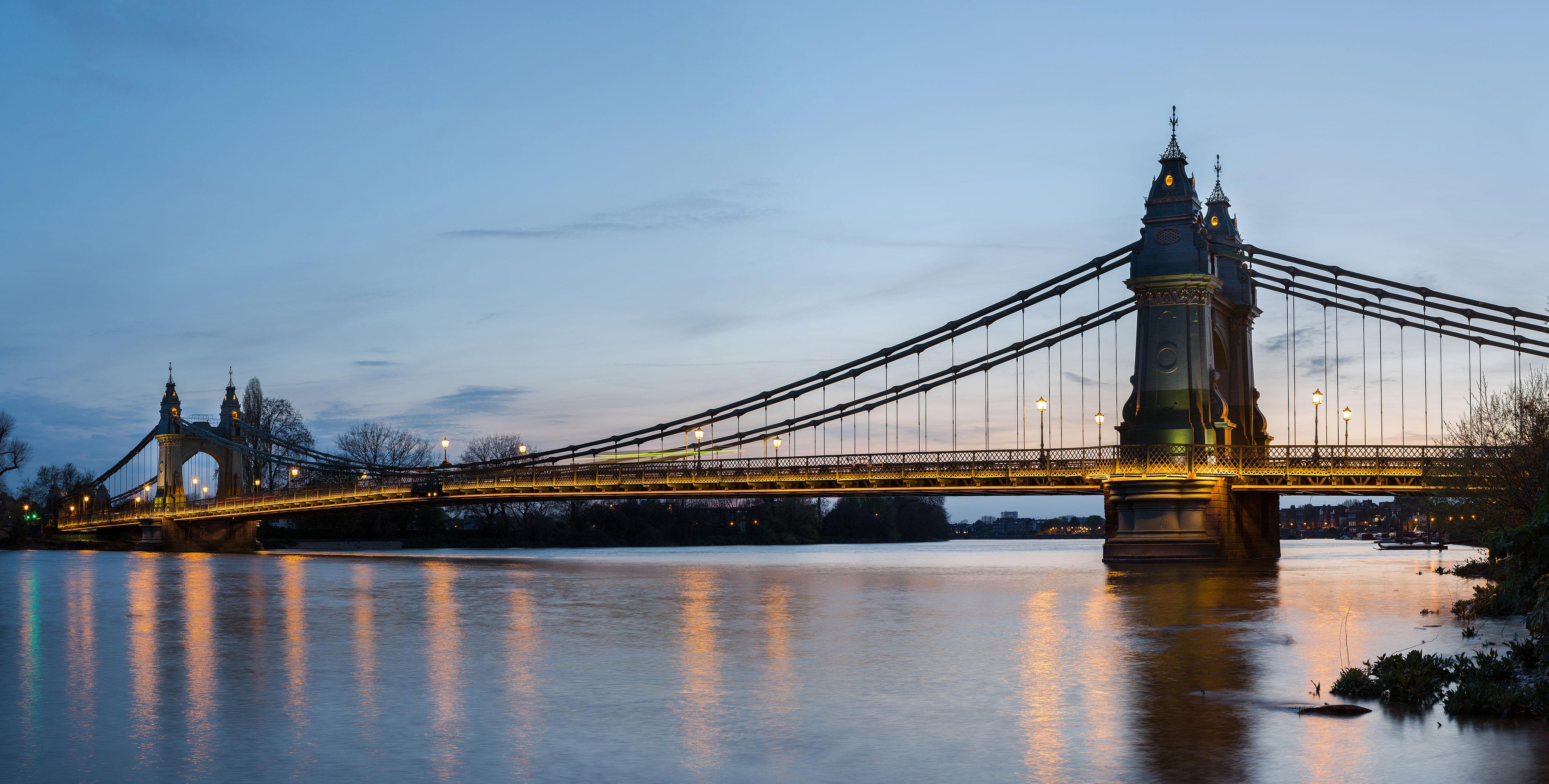 4096px-Hammersmith_Bridge_1,_London,_UK_-_April_2012.jpg