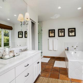 15_Bathroom 2.jpg
