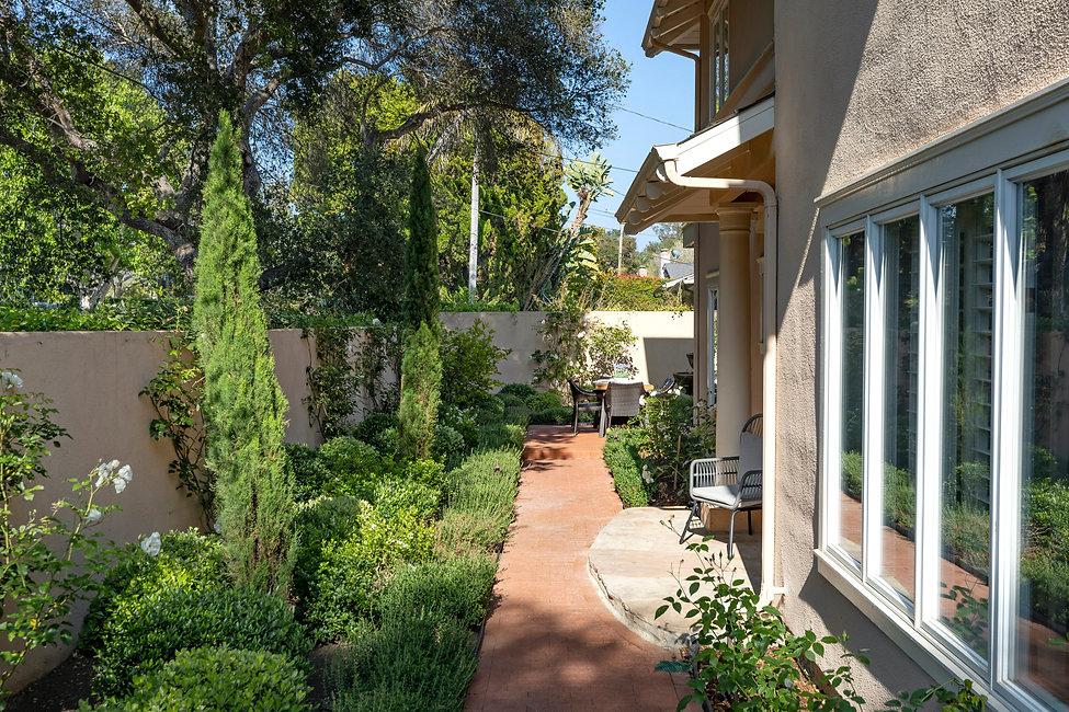 1313 - entry walkway towards rear patio.jpg