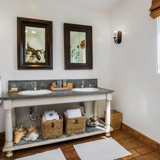 13_Bathroom.jpg