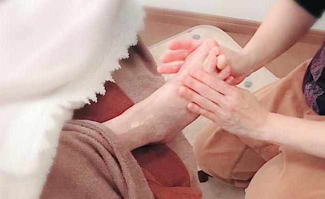介護施設で高齢者に介護アロマや介護マッサージをセラピストの資格を取得して施術したいケアマネージャ、介護福祉士、看護師に人気の全国で受講できる介護リハビリセラピスト通信講座