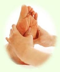 マッサージやアロマテラピーを受けられない介護が必要な高齢者に足の施術をする介護リハビリセラピスト