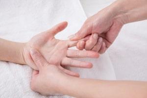アロマセラピストがサロンで高齢者に介護リハビリセラピーの施術を行っている