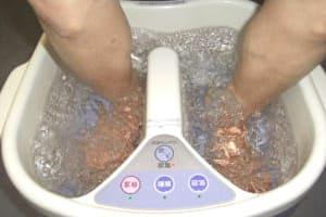 老人介護施設で行われている介護アロマを利用したフットバスによる沐浴