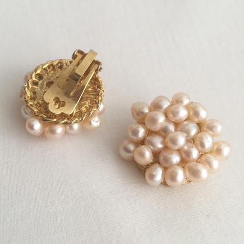 617199b922b9 Aros de broche dorado y perlas naturales hechos a mano