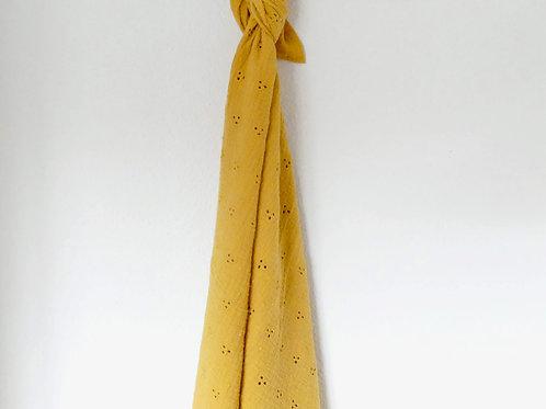 XL. Mostaza en tejido bordado