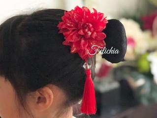 バトントワリング協会の子供達のアジアン風髪飾り