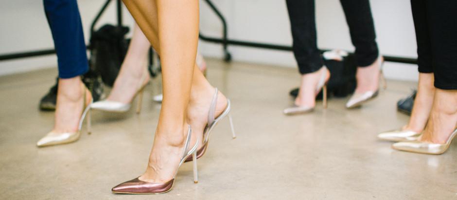 Sabe aquele sapato dourado que você comprou para usar numa festa? Saiba como compor diversos looks