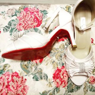 Branco cristal, solado vermelho