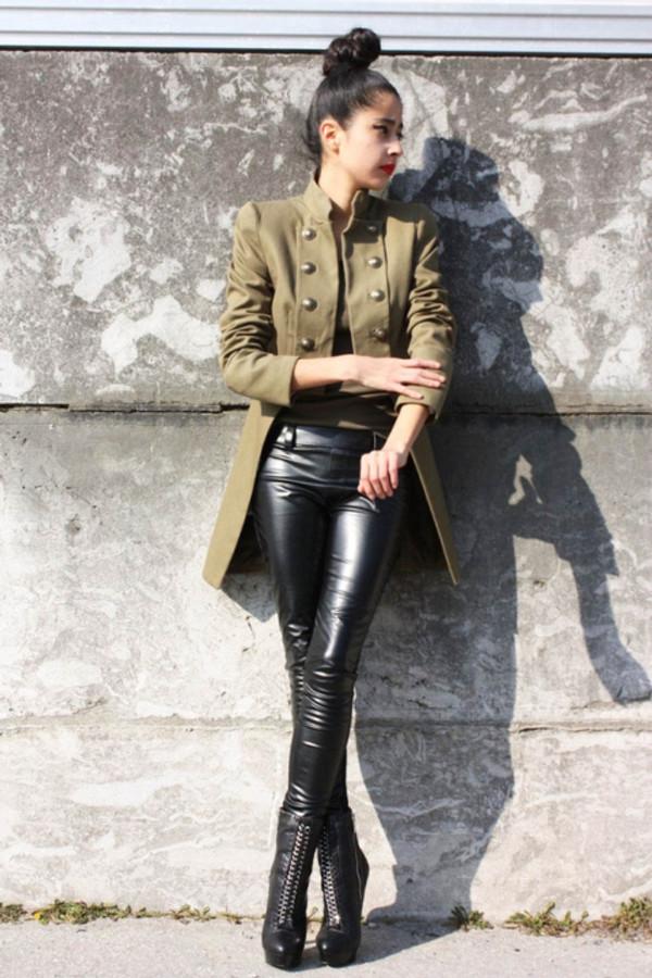 Cintia Cortez _ Calça de vinil e casaco militar