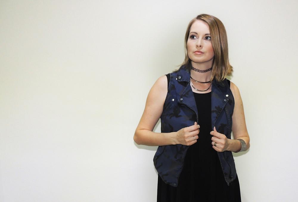 Cíntia Cortez consultora de estilo usa tattoo choker combinando com outros colares