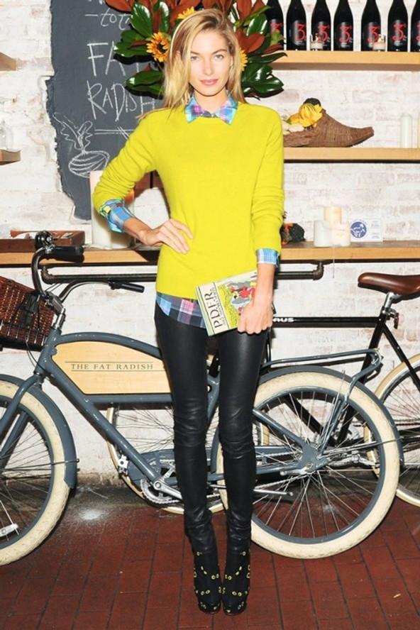 Cintia Cortez _ Calça de couro e trico amarelo