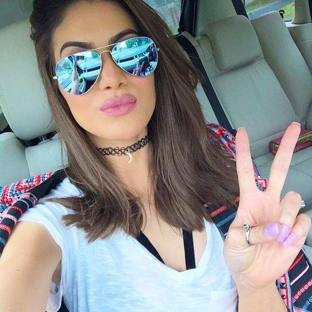 Camila Coelho usa choker com pingente