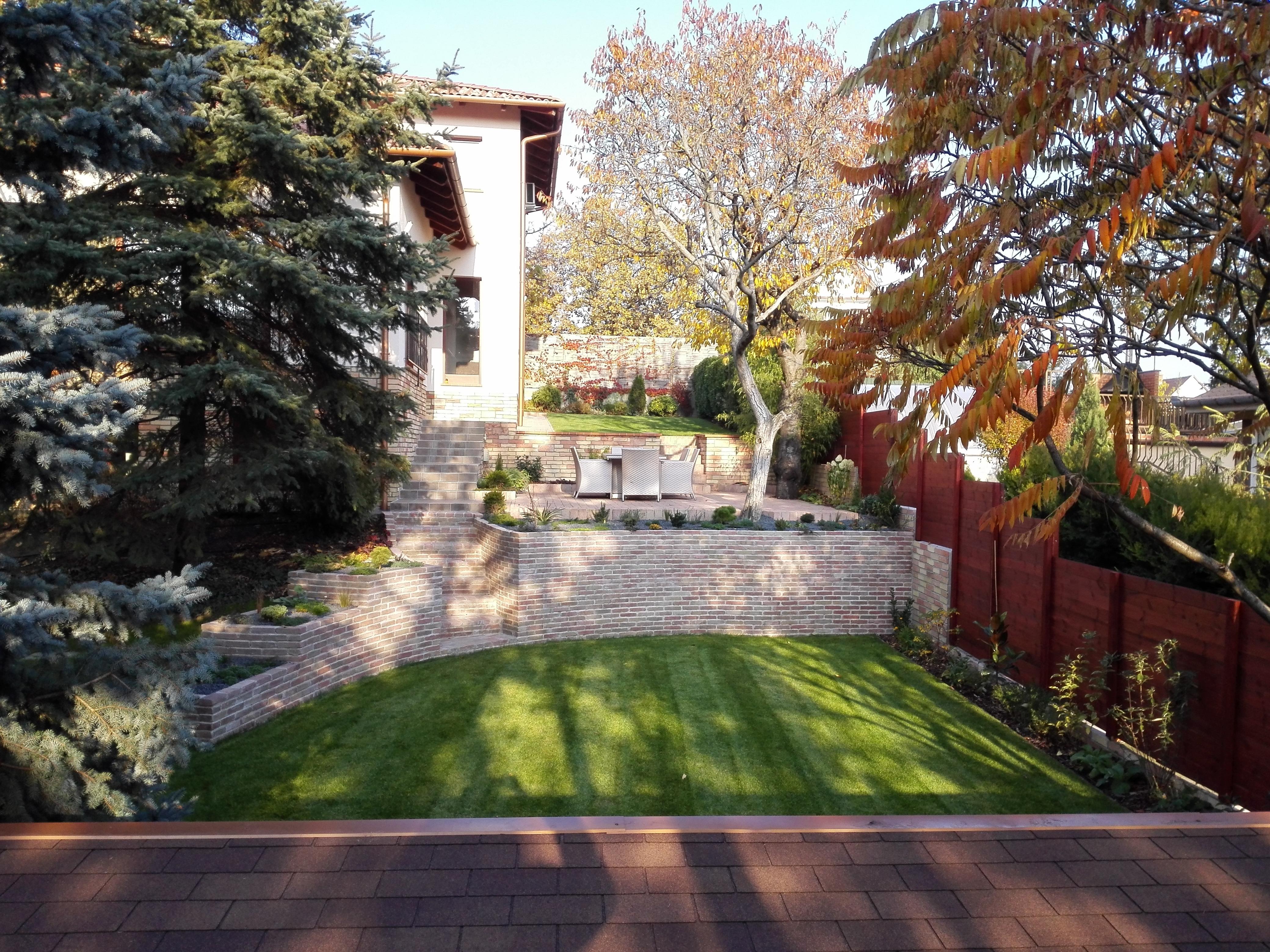 Modern kert barbás téglakőből