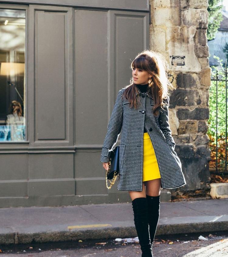 Combina tu estilo con un toco amarillo.