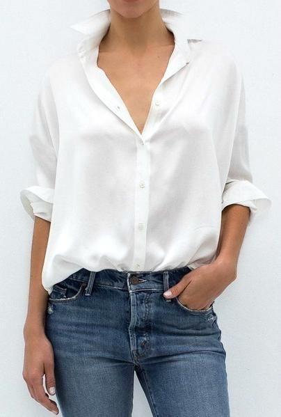 La tradicional blusa blanca de botones, muy versátil.