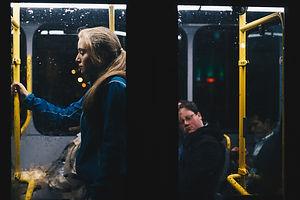 """Duraktan ayrılmak üzere olan otobüse koştura koştura son anda yetişen krem rengi pardösülü, boz eşarplı yaşlı kadın, koşturmanın ve fazla kilolarının tabii bir neticesi olan hararetiyle nefes nefese otobüse biniyor. Arada bir yutkunarak nefesini kontrol etmeye ve bir taraftan da otobüsün orta kısımlarına doğru ilerlemeye çalışıyor. Otobüse yetiştiğine göre sabahın gözü kör olasıca trafiğinde uzun süreceği belli olan bu yolculukta tutunacak bir yer araması garip değil elbette. Bu şehrin insanına özgü aslında uykuyu tam alamamaya yorulabilecek bir sabah öfkesi herkesin alnındailk bakışta çok rahat okunabiliyor. Otobüsün her dur-kalkında birileri yâ sabır çekerken, birileri """"Bu şehirde ben ne yapıyorum acaba?"""" diyerek hayatı sorguluyor.  Ben de aynı sorgunun içinde her gün aynı saatte, bu otobüse ilk duraklardan birinde biniyor olmanın mahcup imtiyazıyla kulağımda motor sesini bastırsın diye açtığım müzik eşliğinde izliyorum manzarayı.  Yaşlı kadın kımıldamadan duran ve kendi ilerleyişine engel olduğunu düşündüğü insanlara yekten söylenmeye başlıyor. Gittikçe yükselen sesi insanların uykulu, garip bakışlarını zorla da olsa kendine çekiyor. Otobüsün orta kısımlarında gözleri ekranda, kulağında kulaklık takılı bir genç kıza yöneliyor yaşlı kadının sitemden öfkeye dönen sözleri:  """"Kımıldamıyorsunuz ki geçelim,  ne oluyor size canım. Hadi ama ya, sabah sabah!""""  Güneş, henüz kendini göstermemişken, henüz zihninin kırışığı açılmamışken,  ayakta uzun bir yolculuğu da göze almışken yaşlı kadının geliyorum bak şimdi diyen öfkesinin muhatabı olduğunu omzuna ayarsız bir şekilde dokunan tombul parmaklar ile fark ediyor genç kız. Yaşlı kadının sesini hiç duymamış olacak ki aniden ekrandan başını kaldırıp, kulaklığın tekini çıkarıp kulağından, sertçe bir bakış fırlatıyor tombul parmakların sahibine, """"Napıyorsun, ne istiyorsun teyze?"""" diyor, sesini çok da tartıp ölçemeden.  Yaşlı kadın, deminden beri düşmeyen nabzından aldığı cesaretle """" Elinizde bir telefon, bak ha dur, ne kimseyi g"""
