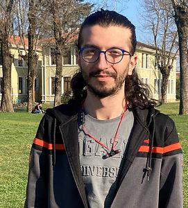 1999 yılında İstanbul'da doğdum. Lise öğrenimimi Sakarya Cemil Meriç Sosyal bilimler Lisesinde tamamladım. İlkgençlik yıllarımda başlayan edebiyat ve sanat hevesim yerini gitgide daha da sağlamlaşan