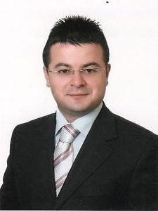 1980 yılında Antalya'da doğdum. İlköğretim ve liseyi Antalya'da tamamladım. İstanbul Üniversitesi Edebiyat Fakültesi Türk Dili ve Edebiyatı Bölümünden mezun oldum. Aynı üniversitede Edebiyat