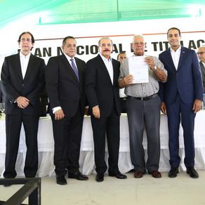 Presidente Medina entrega 300 certificados de títulos en San Juan