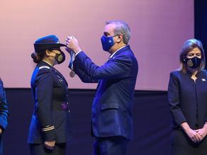 Primera mujer latina en pilotear helicóptero Black Hawk recibe Medalla al Mérito