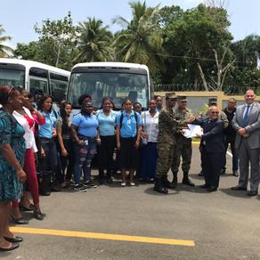 Gobierno entrega dos autobuses a la Escuela Vocacional Los Castillo en Santo Domingo Norte