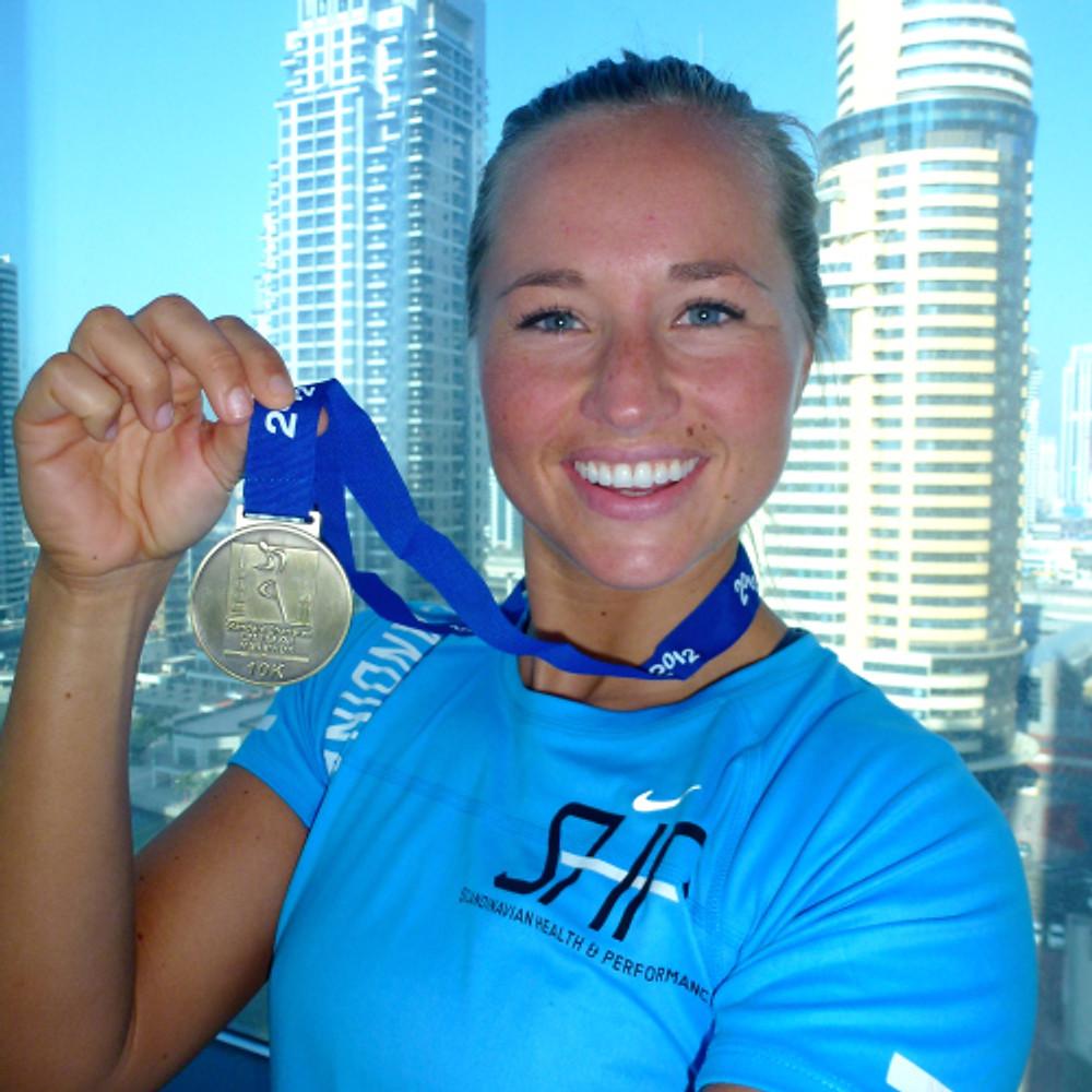 fornøyd Inger fra Dubai Marathon 10K run i 2012