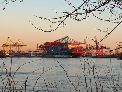 der Hafen auf der anderen Seite vom Elbstrand