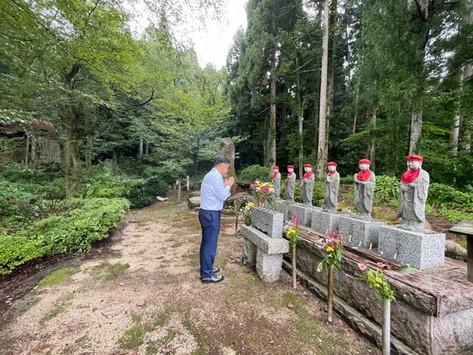 五頭今板温泉にある慰霊碑と六地蔵をお参り致しました