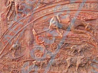 Une sculpture relief en mémoire aux animaux ayant servi aux côtés des soldats pendant la guerre de 1
