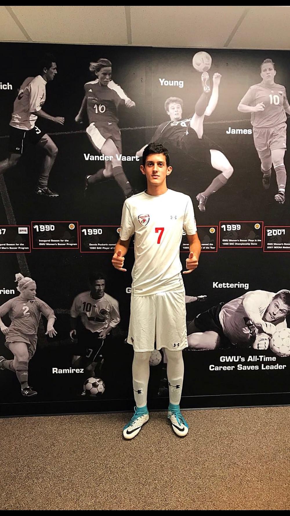 Joao Vitor com sua camisa de jogo na Gardner Webb. Faculdade NCAA DI através do auxilio da GO USA