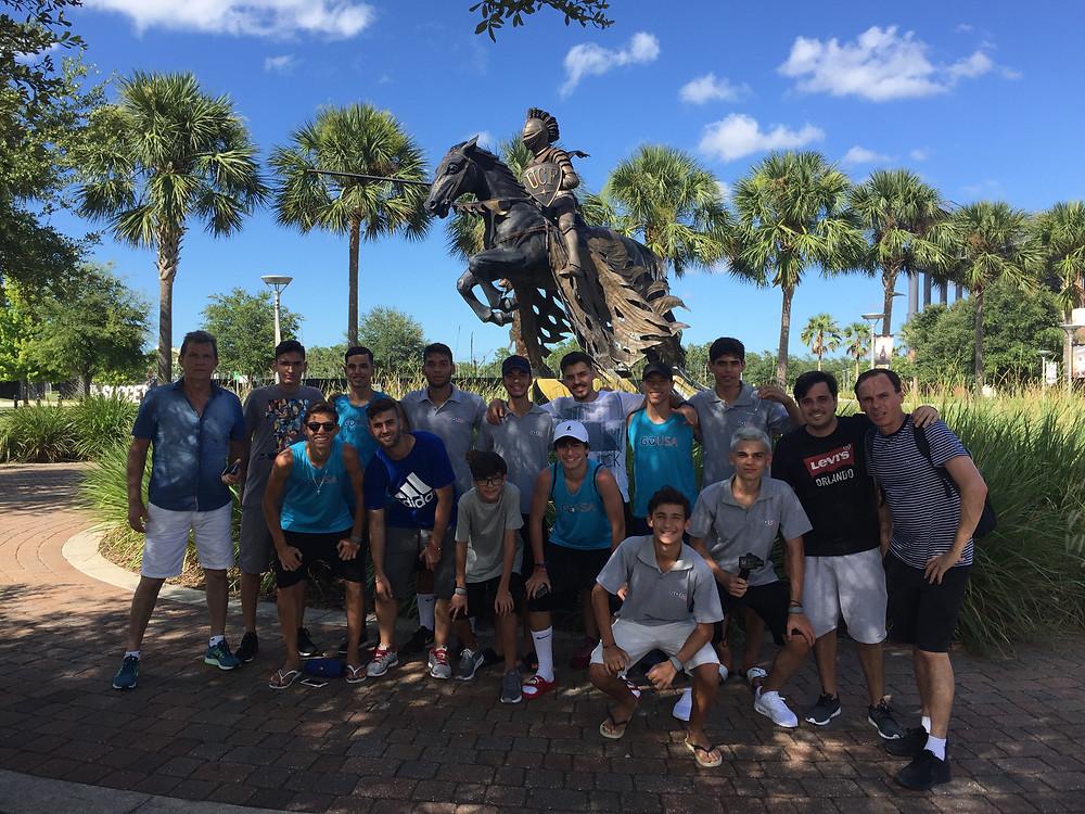 Monumento e símbolo da UCF, os cavaleiros ou 'knights', em nossa visita a university of central florida pela Disney Cup 2017