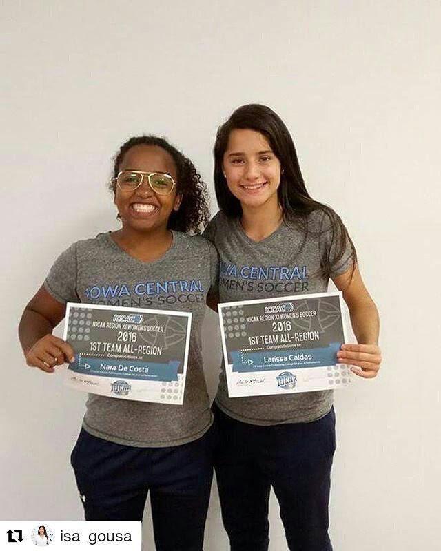 Larissa Caldas e Nara (Atletas 100% de bolsa segurando prêmio de destaques da Conferência)