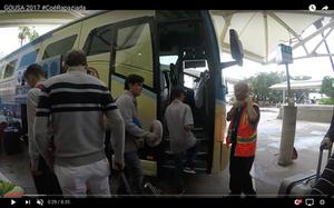 Atletas GO USA entrando no ônibus Disney Magical Express