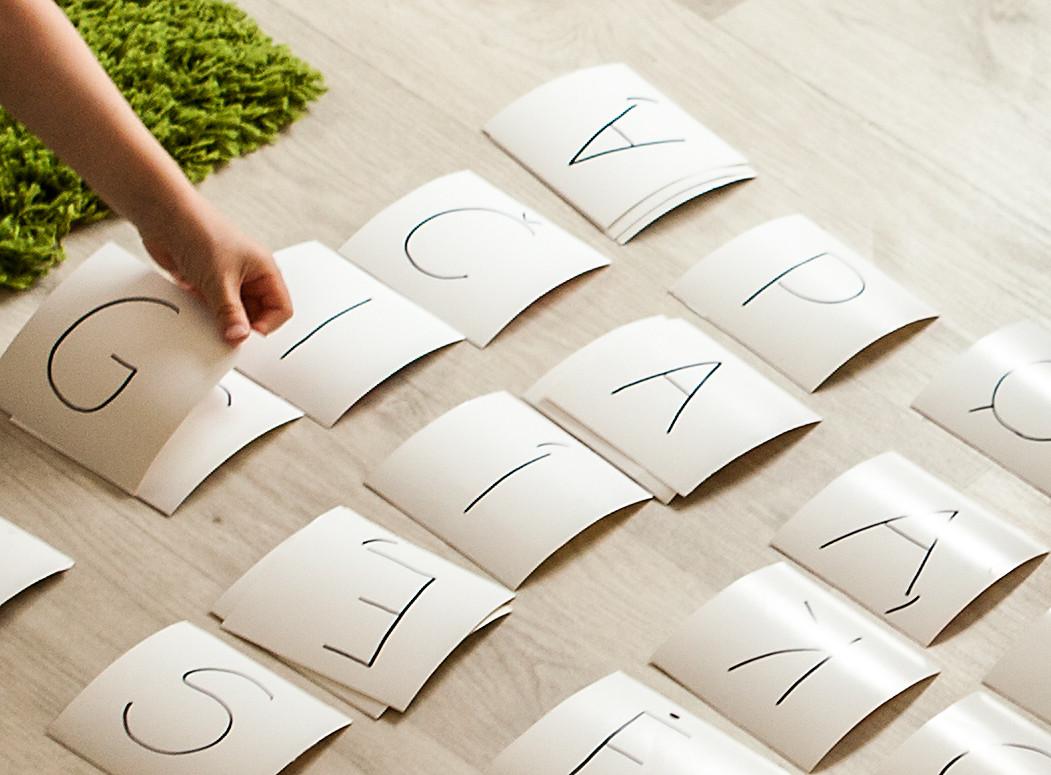 Mokomės pažinti raideles.