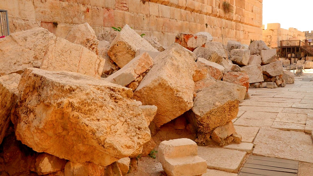 Illustration: Fallen Stones from 70 AD Temple Mount Destruction by Carole Raddato [CC BY-SA 2.0] via Flickr
