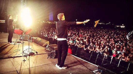 bazil en concert au no logo festival avec manudigital sur scene reggae