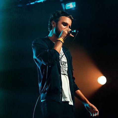 bazil on stage sur scene avec un micro en concert de reggae à la reunion - photo professionelle