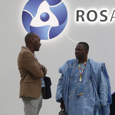 Участники саммита в павильоне Росатома